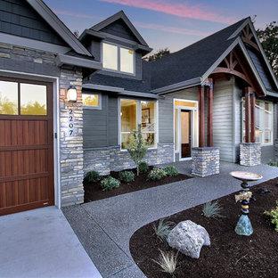 Inspiration för ett stort vintage grått hus i flera nivåer, med blandad fasad, sadeltak och tak i shingel