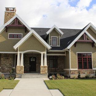 Immagine della facciata di una casa american style a due piani di medie dimensioni