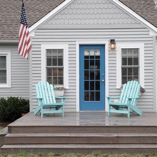 Imagen de fachada gris, marinera, con revestimientos combinados