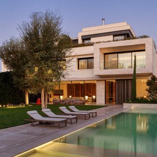 Идея дизайна: огромный, четырехэтажный, белый частный загородный дом в современном стиле с комбинированной облицовкой, плоской крышей и крышей из смешанных материалов