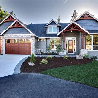 Пример оригинального дизайна: большой, черный частный загородный дом в стиле кантри с разными уровнями, комбинированной облицовкой, крышей из гибкой черепицы и вальмовой крышей