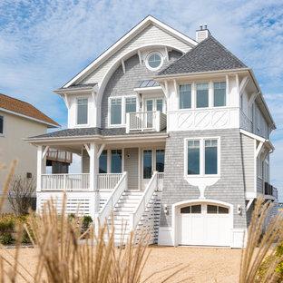 Источник вдохновения для домашнего уюта: трехэтажный, серый частный загородный дом среднего размера в морском стиле с комбинированной облицовкой, двускатной крышей и крышей из гибкой черепицы