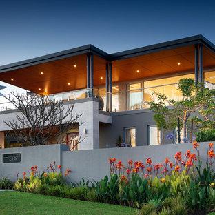 Свежая идея для дизайна: большой, двухэтажный фасад дома серого цвета в современном стиле с плоской крышей - отличное фото интерьера