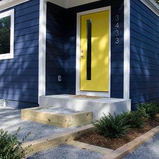 シャーロットの小さいミッドセンチュリースタイルのおしゃれな家の外観 (木材サイディング、青い外壁) の写真