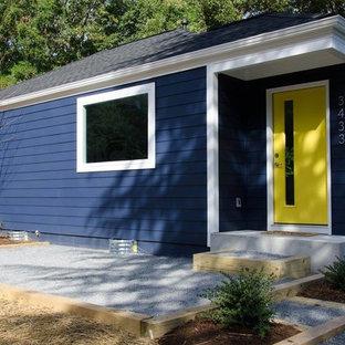 Imagen de fachada de casa azul, retro, pequeña, de una planta, con revestimiento de madera, tejado a cuatro aguas y tejado de teja de madera