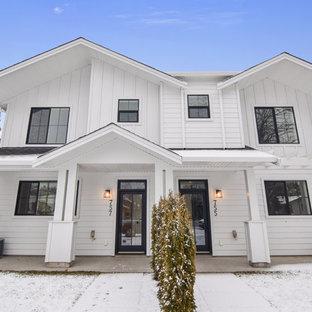 他の地域の中くらいのコンテンポラリースタイルのおしゃれな家の外観 (コンクリート繊維板サイディング、アパート・マンション) の写真