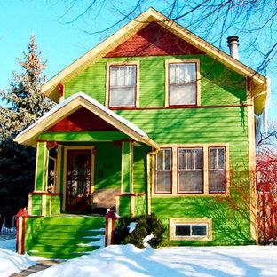 Ejemplo de fachada de casa verde, bohemia, de tamaño medio, de tres plantas, con revestimientos combinados, tejado a dos aguas y tejado de teja de madera