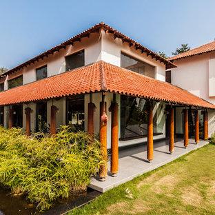 Exemple d'une grand façade de maison asiatique à un étage.