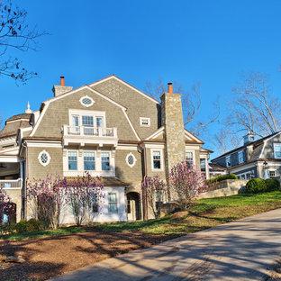 他の地域のトラディショナルスタイルのおしゃれな家の外観 (木材サイディング) の写真