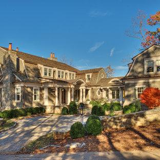 他の地域のトラディショナルスタイルのおしゃれな家の外観 (木材サイディング、グレーの外壁) の写真