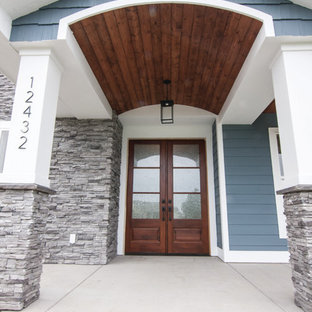他の地域のトラディショナルスタイルのおしゃれな家の外観 (混合材サイディング、青い外壁、混合材屋根) の写真