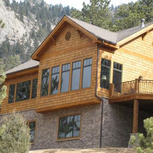 Modelo de fachada multicolor, de estilo americano, extra grande, a niveles, con revestimientos combinados y tejado a la holandesa