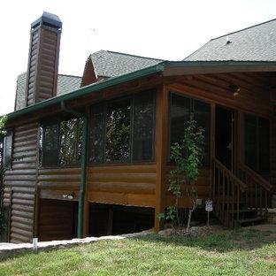 Modelo de fachada de casa marrón, rural, grande, a niveles, con revestimiento de madera, tejado a dos aguas y tejado de teja de madera