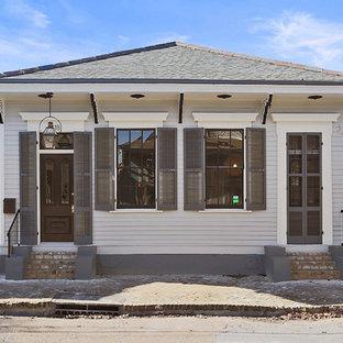 Immagine della facciata di una casa grigia classica a un piano con tetto a padiglione
