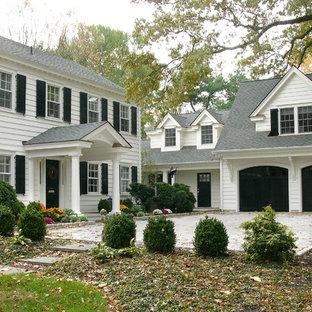 他の地域の巨大なトラディショナルスタイルのおしゃれな家の外観 (木材サイディング) の写真