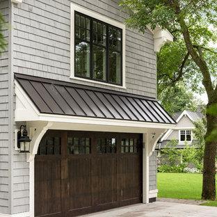 Idées déco pour une façade de maison grise craftsman de taille moyenne et à un étage avec un toit à deux pans et un toit en métal.