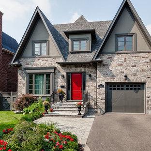 Ispirazione per la facciata di una casa grigia classica a due piani di medie dimensioni con rivestimento in pietra