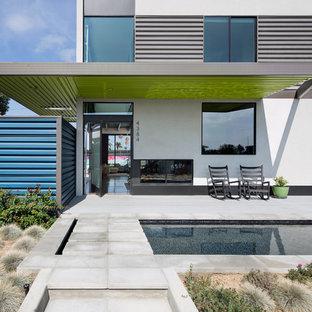 Пример оригинального дизайна: двухэтажный, белый, большой дом из контейнеров в современном стиле с комбинированной облицовкой и плоской крышей