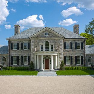 Idéer för att renovera ett stort vintage stenhus, med två våningar och valmat tak