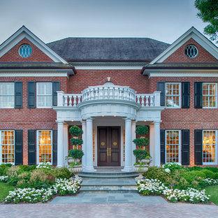 Inspiration för ett vintage rött hus, med två våningar, tegel och sadeltak
