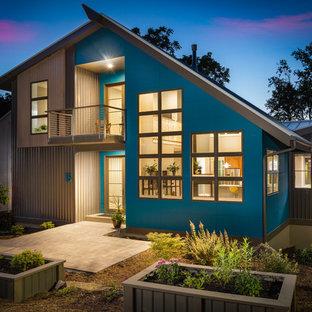 Ispirazione per la facciata di una casa unifamiliare blu contemporanea a due piani con copertura in metallo o lamiera