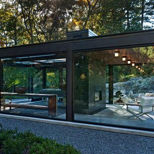 Пример оригинального дизайна: маленький, одноэтажный, стеклянный дом в стиле модернизм