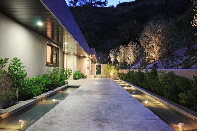 Modern Exterior by Globus Builder