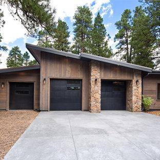 Idee per la facciata di una casa unifamiliare marrone country a due piani con rivestimento in legno e copertura a scandole