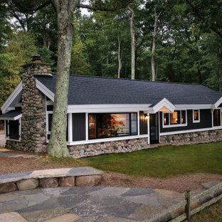 Foto på ett litet rustikt grått hus, med allt i ett plan, vinylfasad och tak i shingel