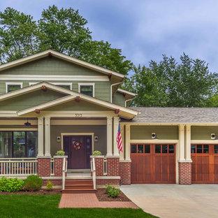 Mittelgroßes, Zweistöckiges, Grünes Klassisches Einfamilienhaus mit Faserzement-Fassade, Satteldach und Schindeldach in Chicago