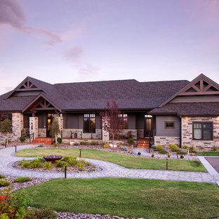 Diseño de fachada de casa multicolor, rural, grande, de una planta, con revestimientos combinados, tejado a cuatro aguas y tejado de teja de madera