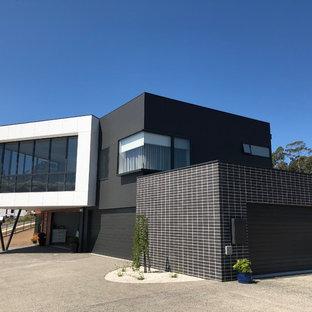 Diseño de fachada de casa negra, moderna, de dos plantas, con revestimiento de ladrillo