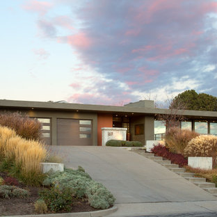 Modelo de fachada de casa multicolor, vintage, grande, de dos plantas, con revestimiento de estuco y tejado plano