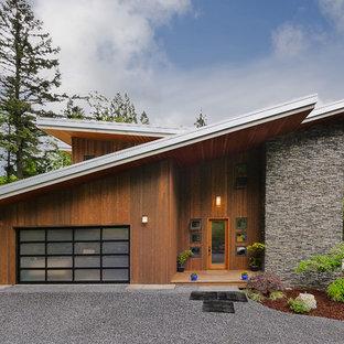 Modernes Haus mit Holzfassade und Schmetterlingsdach in Seattle