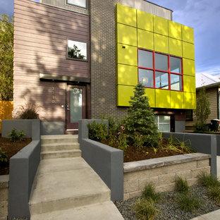 Modelo de fachada de casa multicolor, moderna, de tamaño medio, de dos plantas, con revestimiento de metal y tejado plano