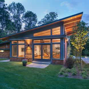 バーリントンのコンテンポラリースタイルのおしゃれな家の外観 (木材サイディング、茶色い外壁、片流れ屋根) の写真