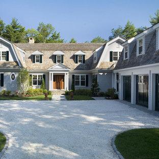 Inspiration pour une grand façade de maison marron traditionnelle à un étage avec un toit de Gambrel et un toit en shingle.