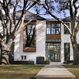 Ispirazione per la facciata di una casa grande beige contemporanea a due piani con rivestimento in pietra e tetto a padiglione