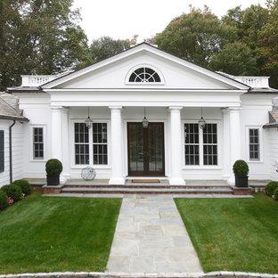 Inspiration för mycket stora klassiska vita trähus, med allt i ett plan
