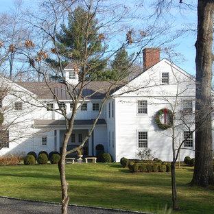 Immagine della facciata di una casa classica con rivestimento in legno