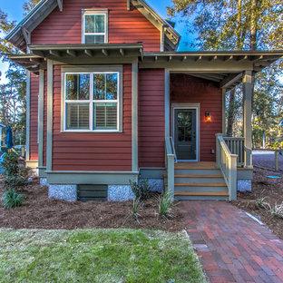 Inspiration för ett litet vintage rött hus, med två våningar, fiberplattor i betong och sadeltak
