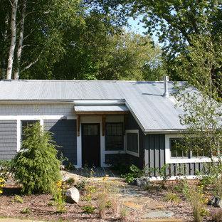 Diseño de fachada de casa gris, costera, pequeña, de una planta, con revestimiento de madera, tejado a dos aguas y tejado de metal