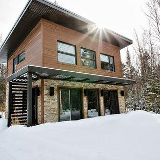 Diseño de fachada marrón, urbana, pequeña, de dos plantas, con revestimiento de vinilo y tejado plano