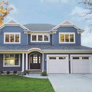 Свежая идея для дизайна: двухэтажный, синий частный загородный дом в морском стиле с облицовкой из винила, вальмовой крышей, крышей из гибкой черепицы и серой крышей - отличное фото интерьера