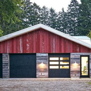 Foto della facciata di una casa unifamiliare industriale a un piano di medie dimensioni con rivestimenti misti, tetto a una falda e copertura in metallo o lamiera