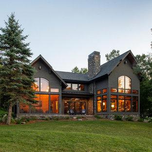 ミネアポリスのラスティックスタイルのおしゃれな家の外観 (グレーの外壁、グレーの屋根、ウッドシングル張り) の写真