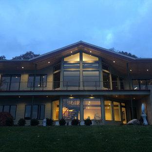 Mittelgroßes, Zweistöckiges, Grünes Modernes Haus mit Holzfassade, Walmdach und Schindeldach in Grand Rapids