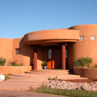 Cette image montre une façade de maison sud-ouest américain avec un revêtement en adobe.
