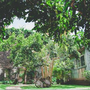 ハワイのシャビーシック調のおしゃれな家の外観の写真