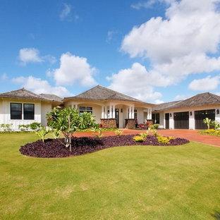 Diseño de fachada de casa blanca, marinera, grande, de una planta, con revestimiento de madera, tejado a cuatro aguas y tejado de teja de madera
